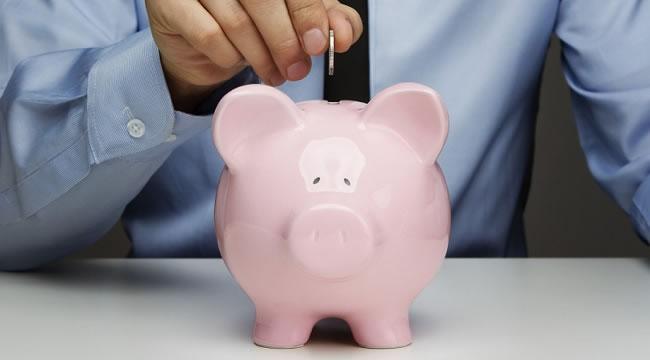 Colocando-moeda-no-porquinho